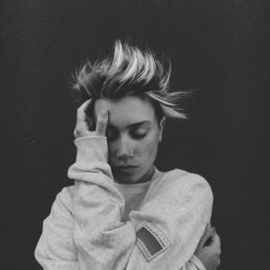 Annabel Allum is a new alternative artist with a 90s grunge twist.